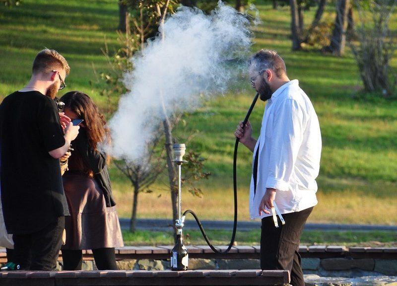Leute beim Shisha-Rauchen